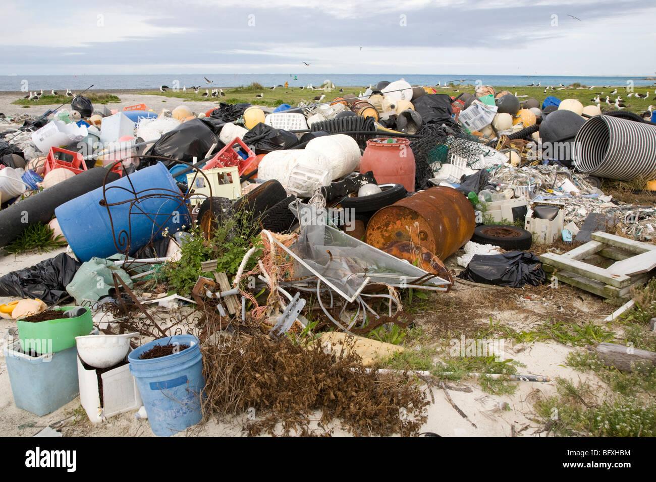 Los desechos marinos trajo al Atolón de Midway por las corrientes oceánicas, recogidos para ser enviadas fuera de la isla para su reciclado o eliminación Foto de stock