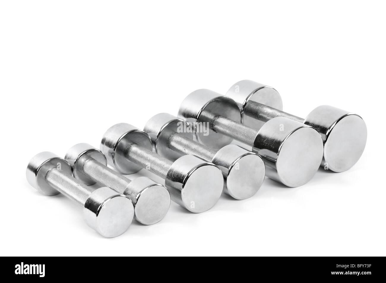 Conjunto de cromo brillante mancuernas aislado sobre fondo blanco. Foto de stock