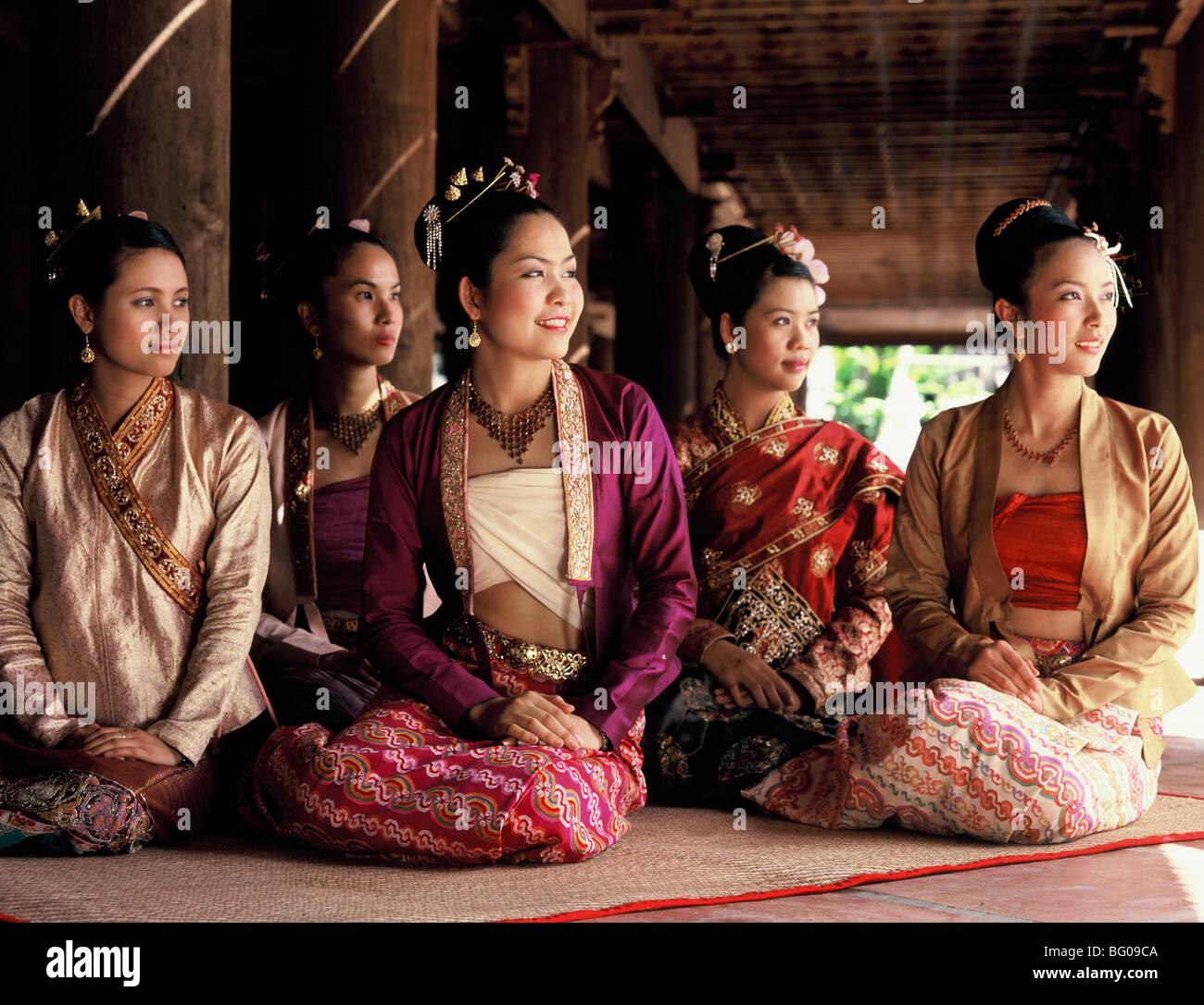 Las niñas vestían trajes de Birmania, Myanmar (Birmania), Asia Imagen De Stock