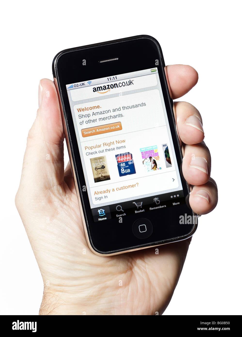 Hombre mano sujetando el iPhone muestra la aplicación Amazon compras online Imagen De Stock