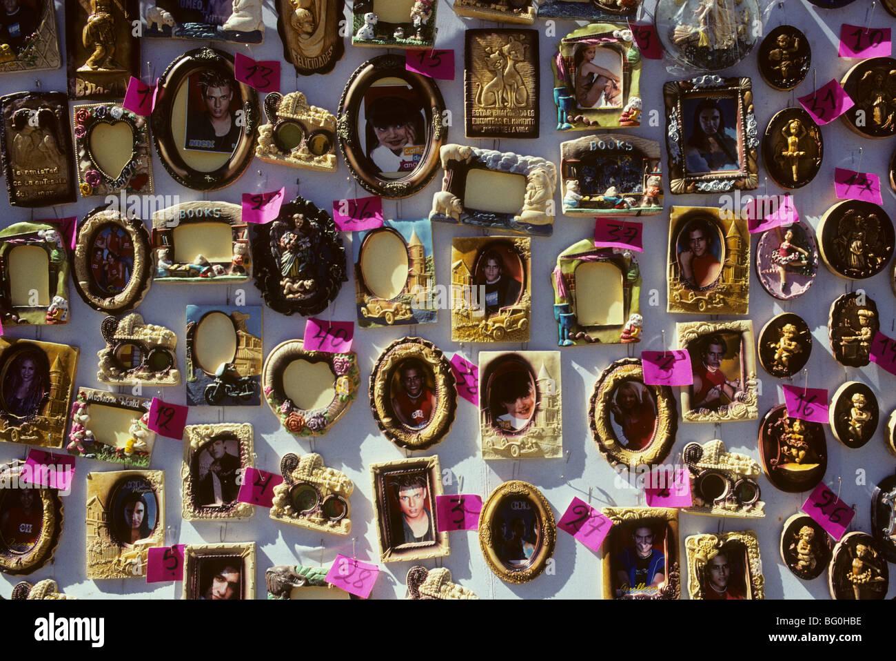 Los marcos de imagen para la venta en un mercado en Cochabamba ...