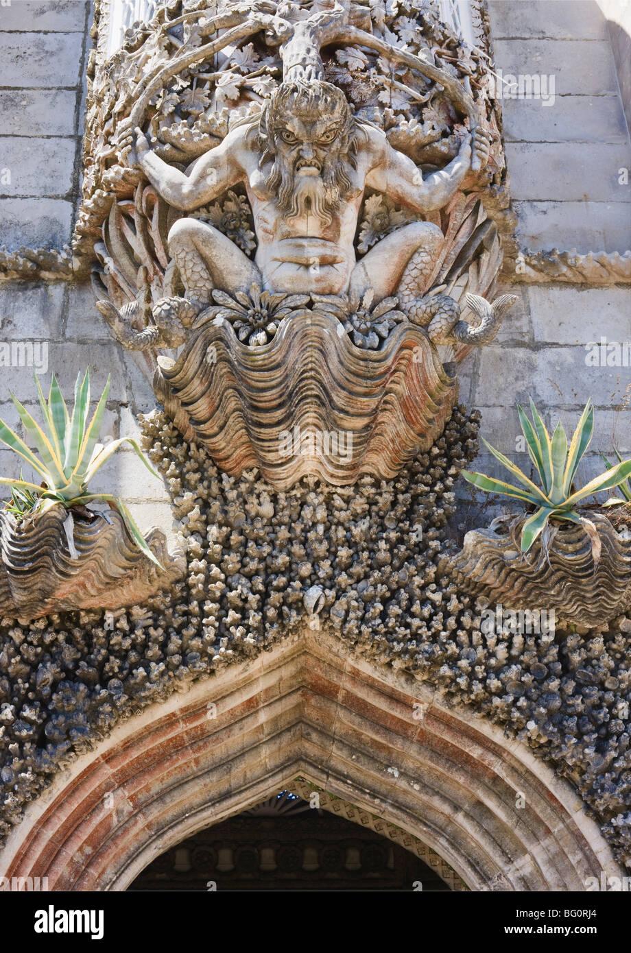 Gárgola feroz encima de arcada, Seteais, Sitio del Patrimonio Mundial de la UNESCO, en Sintra, Portugal, Europa Imagen De Stock