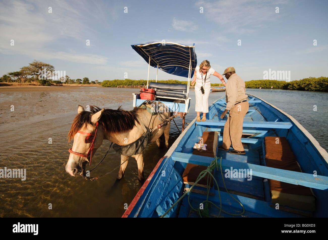Entrega de pasajeros en piragua o embarcación de pesca en los remansos del Sine Saloum delta, Senegal, África Imagen De Stock