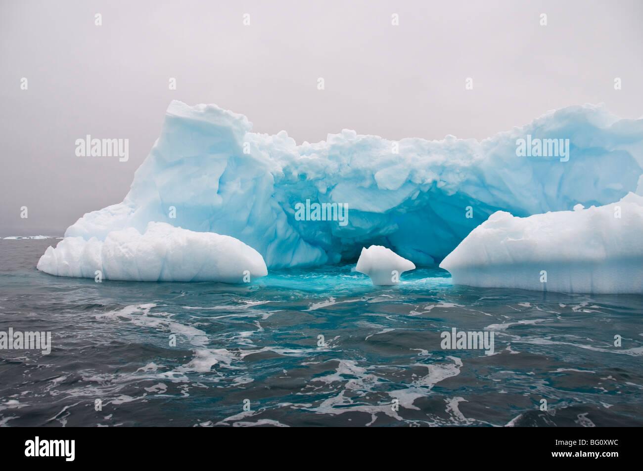 Iceberg, cerca de Isla Yalour, Península Antártica, en la Antártida, las regiones polares Imagen De Stock