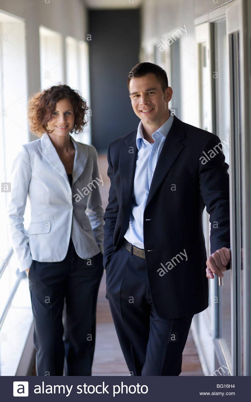 Socios de negocios sonriendo a la cámara Imagen De Stock