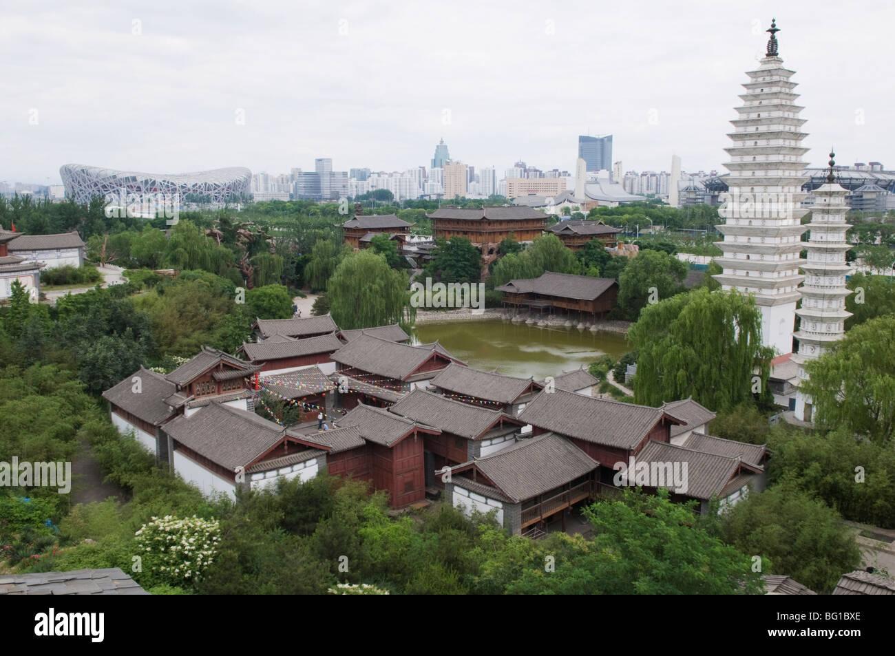Las minorías étnicas Park y el estadio Nacional Nido de pájaros en el fondo, Pekin, China, Asia Imagen De Stock