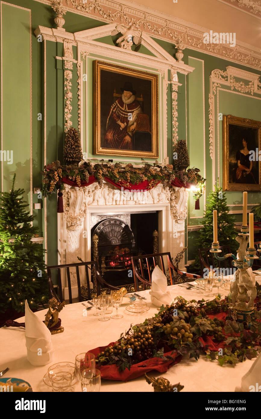 Reino Unido, Inglaterra, Cheshire, Knutsford, Tatton Hall, mesa de comedor set y decorado para la comida de Navidad Foto de stock