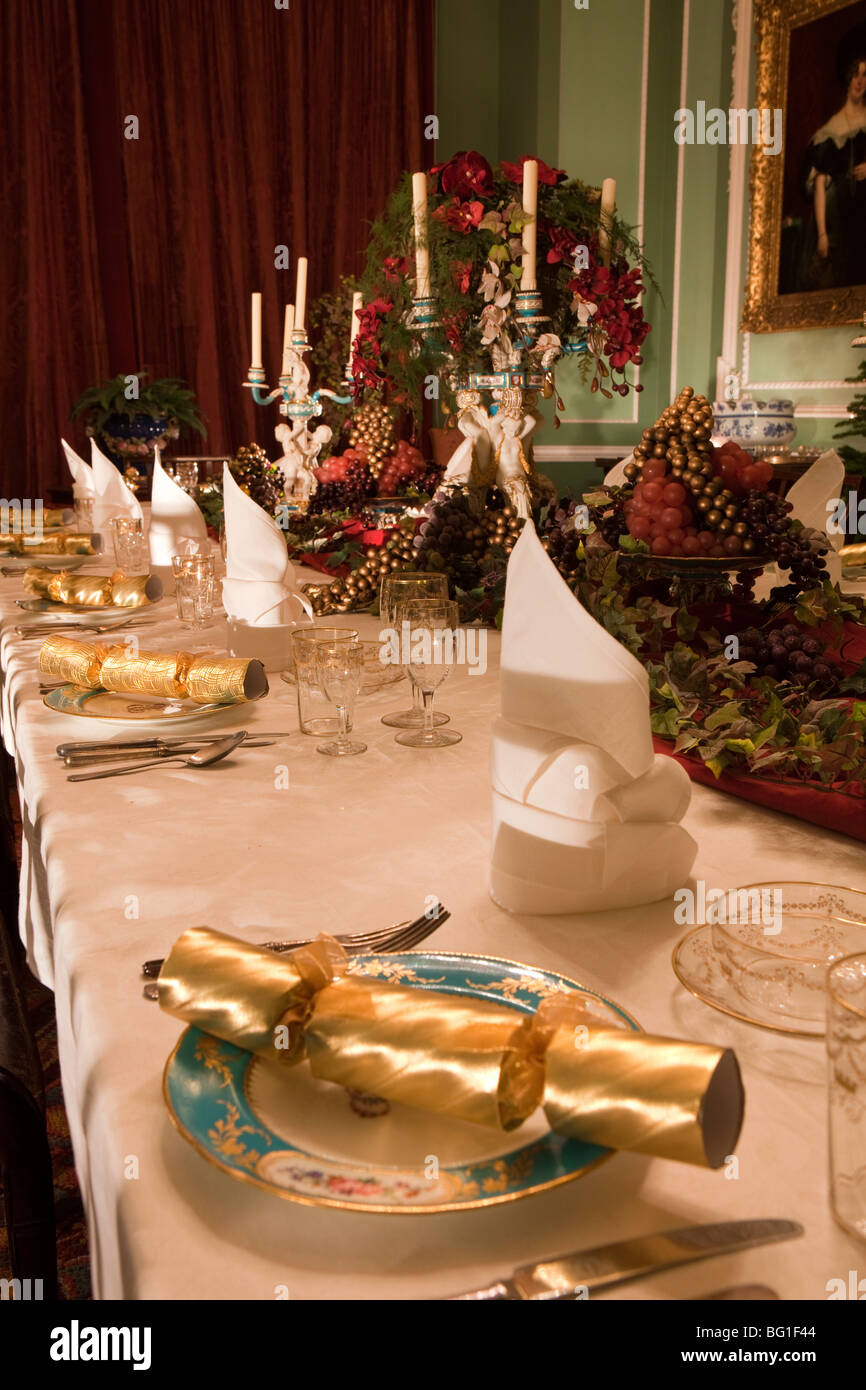 Reino Unido, Inglaterra, Cheshire, Knutsford, Tatton Hall, mesa de comedor set y decorado para la comida de Navidad Imagen De Stock