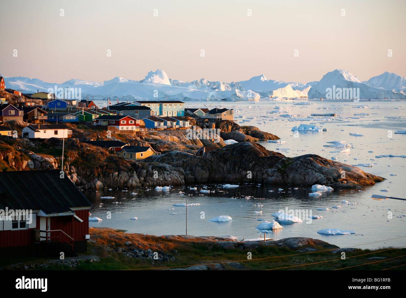 Una vista sobre las casas y el Ilulissat Kangerlua Glaciar Sermeq Kujalleq, también conocido como, Ilulissat, Bahía de Disko, Groenlandia Foto de stock