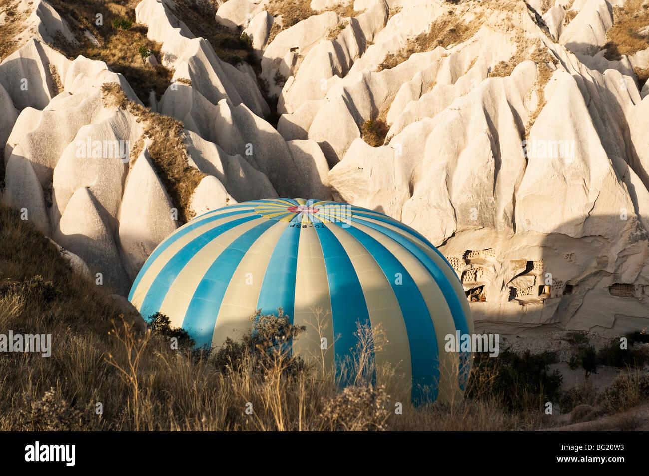 En globo de aire caliente en la provincia de Nevsehir, Cappadocia, Turquía con globos Kapadokya Imagen De Stock