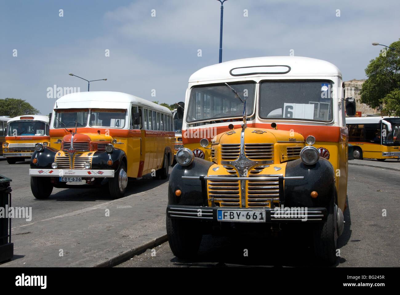 Dos de los tres autobuses normales de control en cada día de servicio en Malta Imagen De Stock
