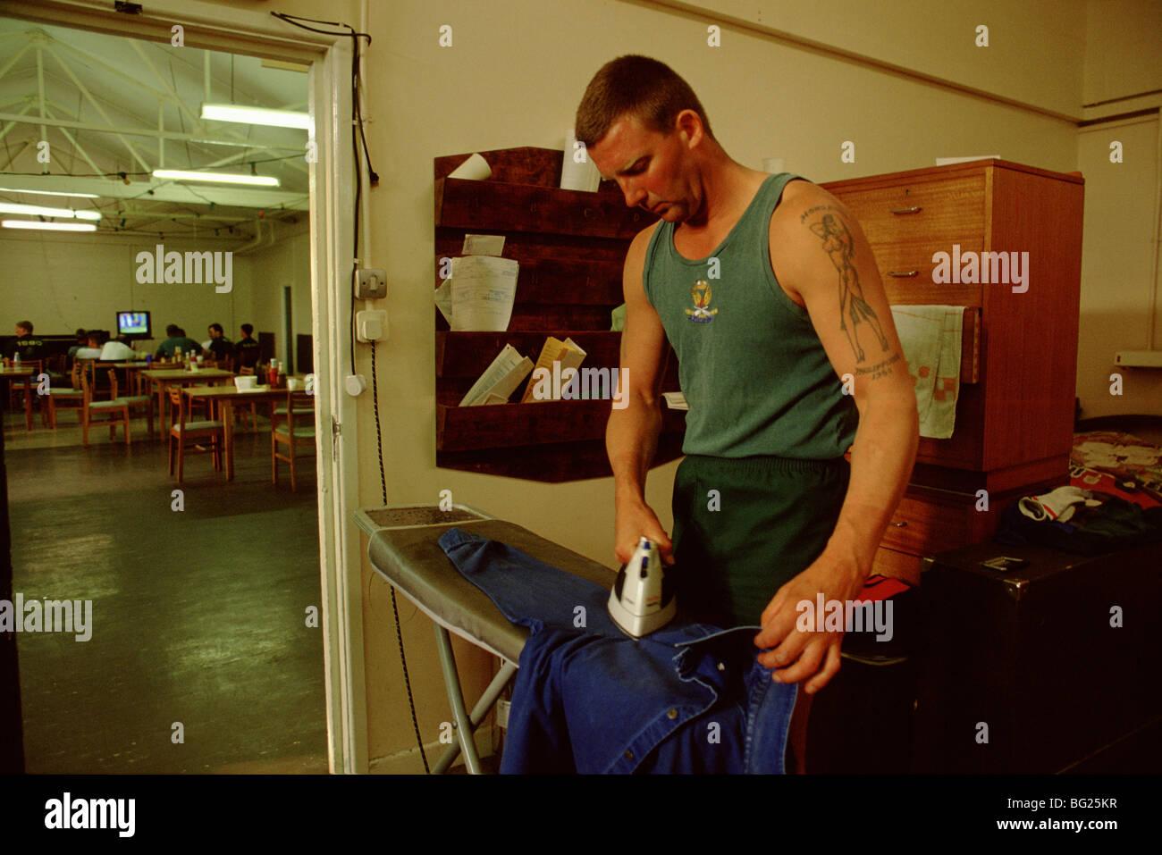 Un miembro de la flota aérea de campo del brazo Gunners equipo hace que el planchado t Foto de stock