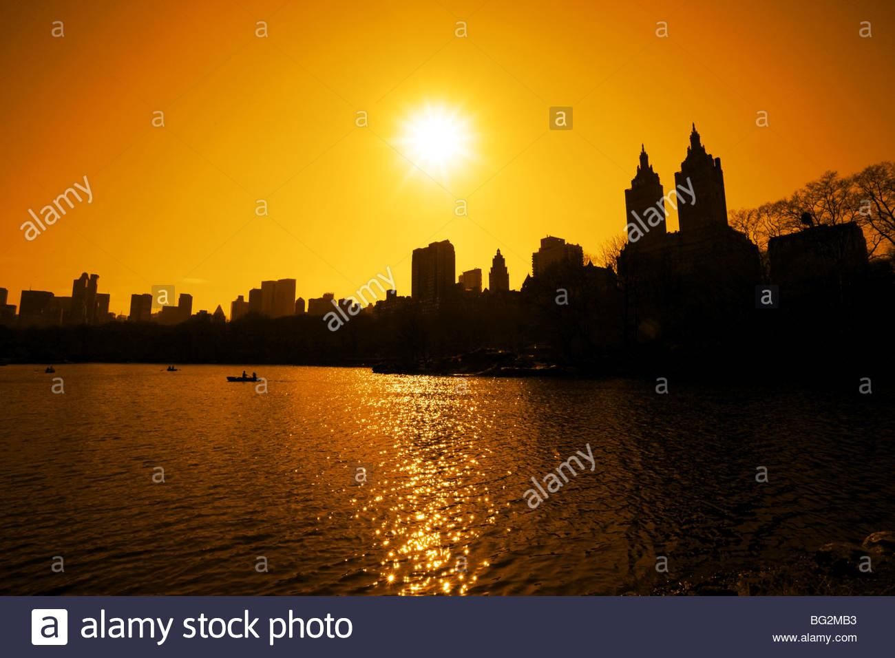 Puesta de sol sobre el lago en Central Park. Imagen De Stock