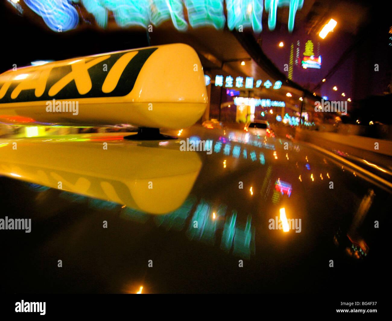 Cerca de firmar en taxi coche techo con señales de neón, Shanghai, China, Asia Imagen De Stock