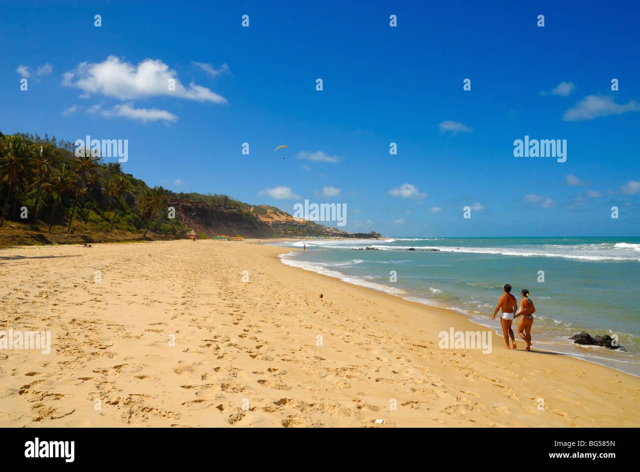La gente caminando por la hermosa playa de Praia do Amor cerca de Pipa Brasil Imagen De Stock