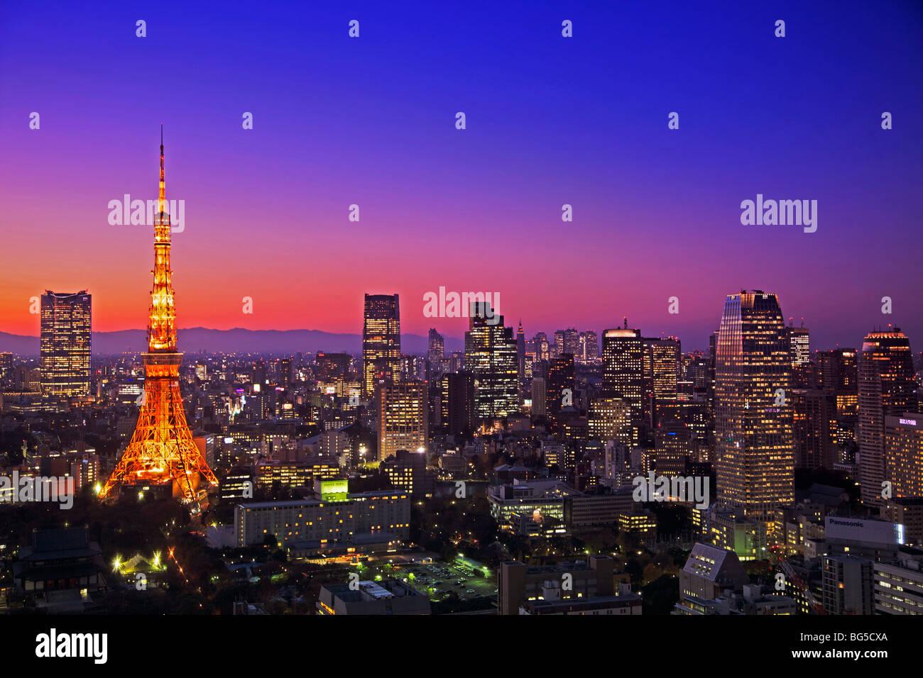 Puesta de sol vista de la Torre de Tokio y el horizonte de Tokio, Japón central Imagen De Stock