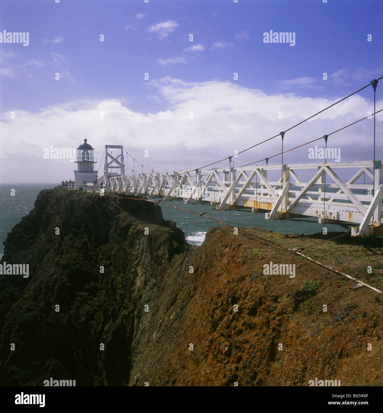 CALIFORNIA - puente que conduce al Faro de Punta Bonita en el Golden Gate National Recreation Area. Imagen De Stock