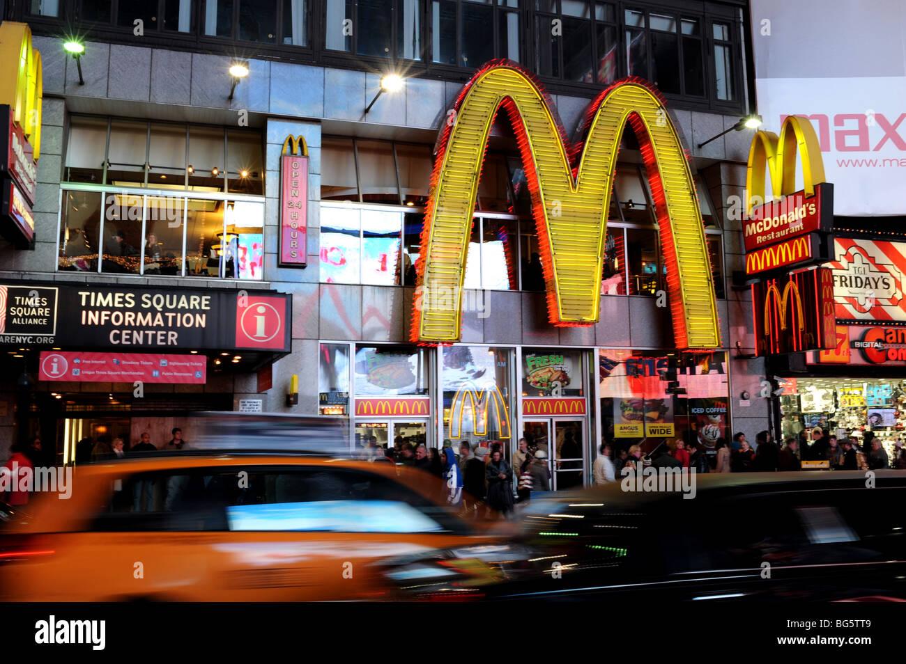 Restaurante McDonald's enorme cartel de neón en la plaza