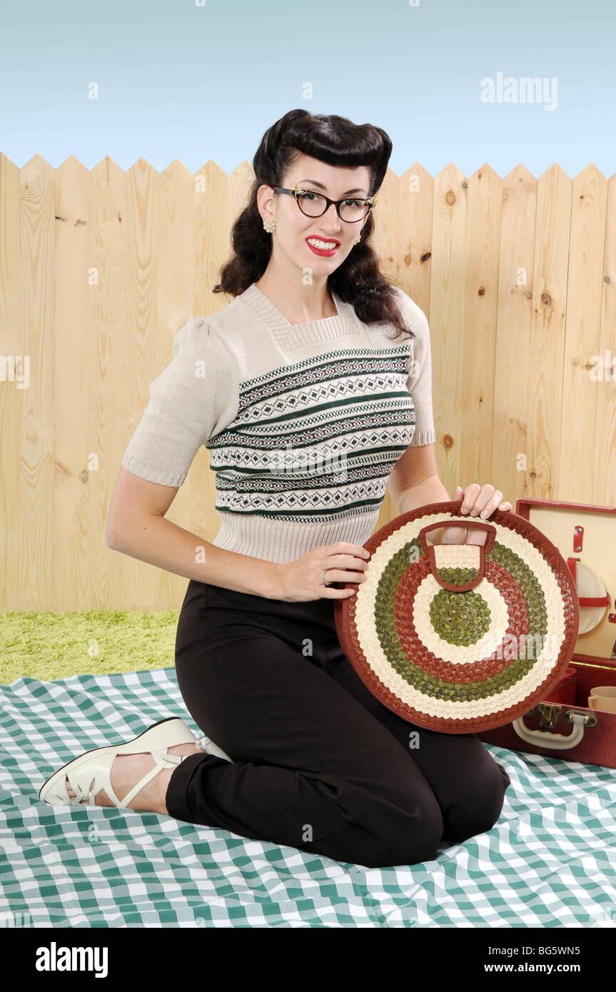 Mujer sosteniendo una bolsa de ropa vintage Imagen De Stock