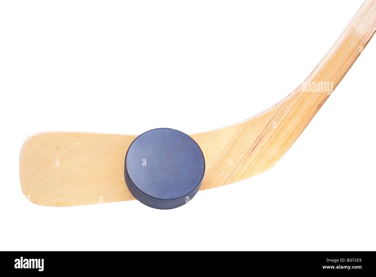 Cerca de un palo de hockey sobre hielo y puck aislado sobre fondo blanco. Imagen De Stock