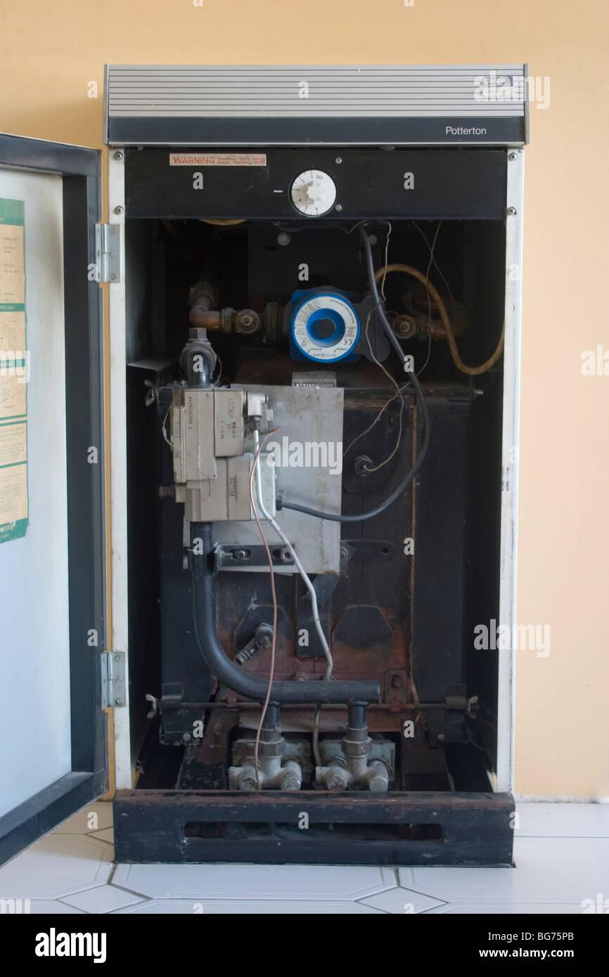Viejo, ineficiente, caldera de calefacción central de gas doméstico, Londres, Reino Unido Imagen De Stock