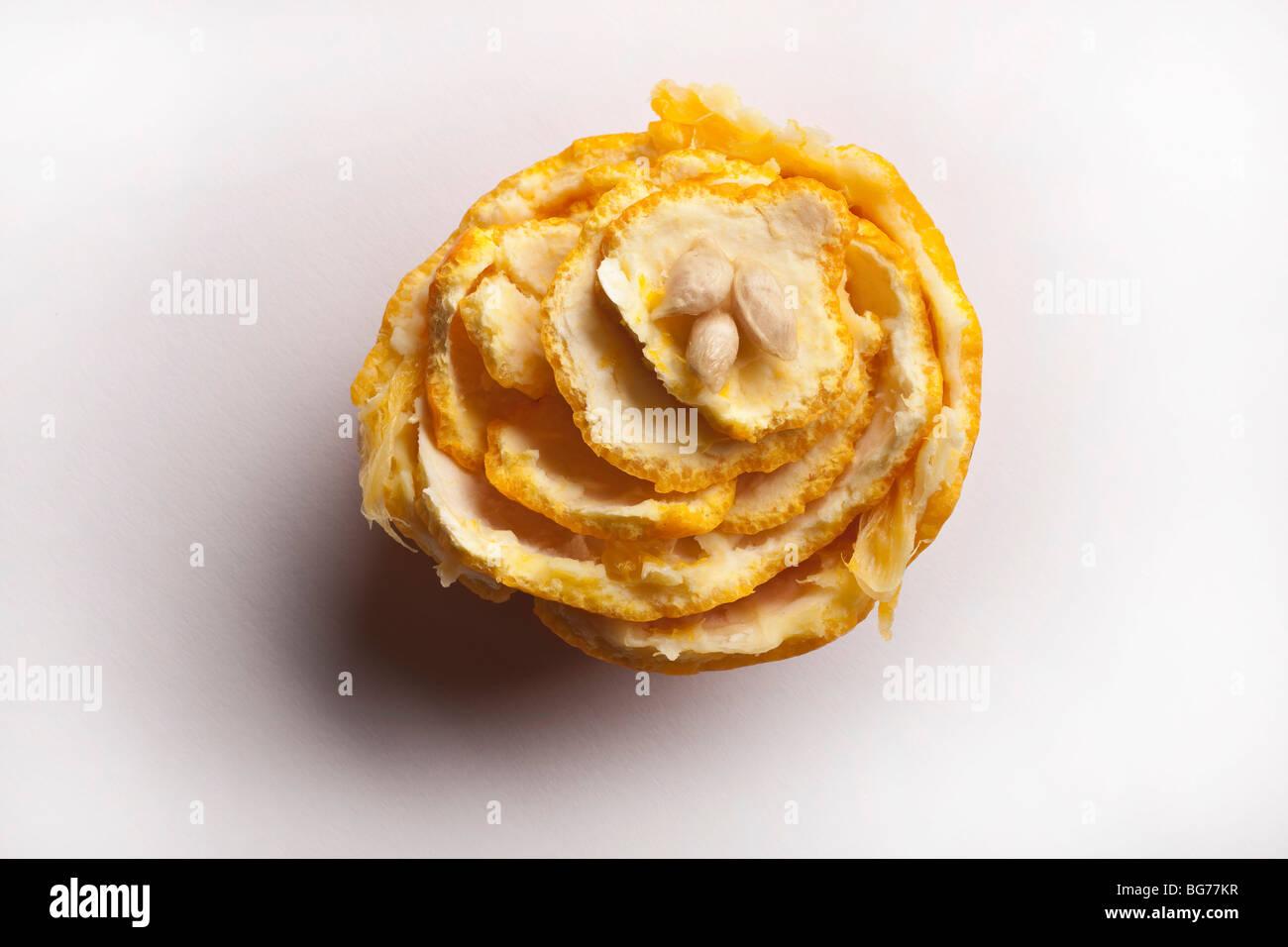 Cáscara de naranja y pepitas dispuestos en diseño floral Imagen De Stock