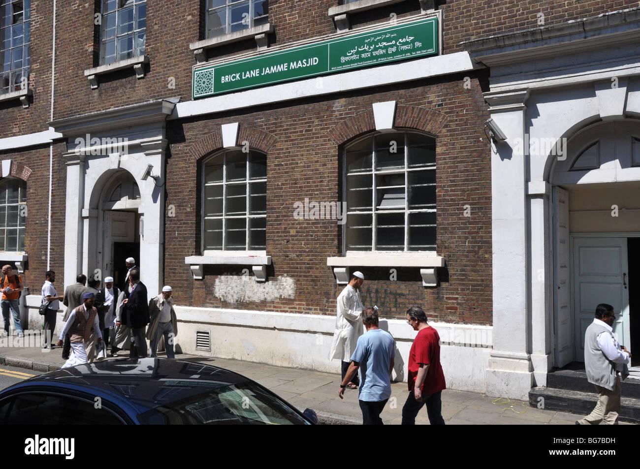 Las personas se reúnen en una mezquita de Brick Lane de Londres, Inglaterra, Reino Unido Imagen De Stock