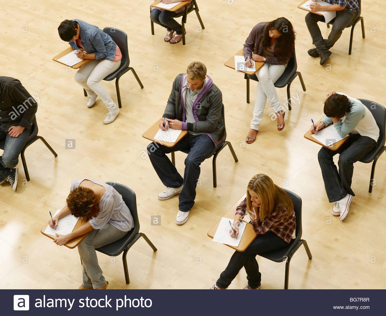 Los estudiantes universitarios tomando pruebas en aula Imagen De Stock