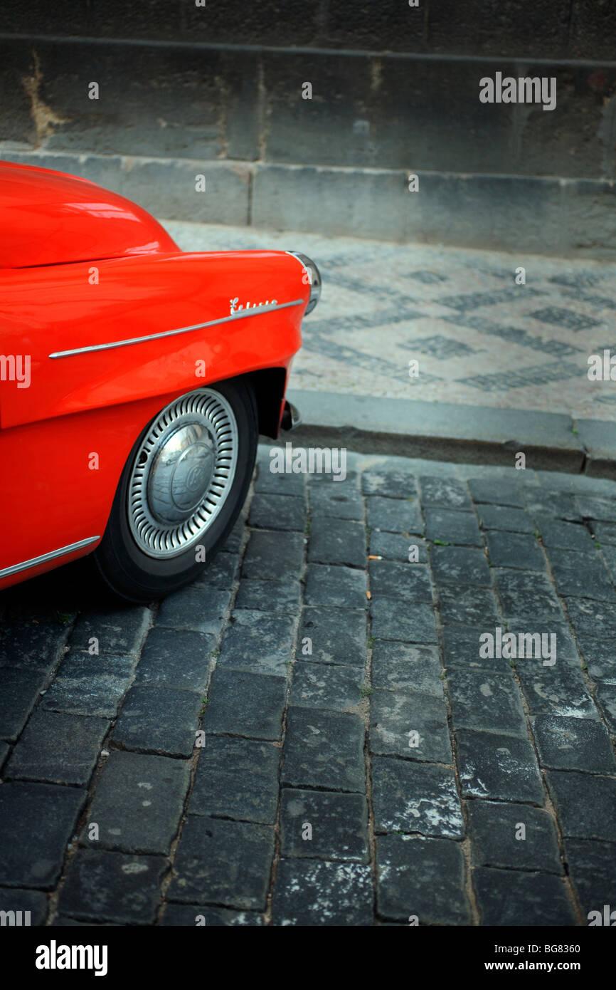 Rojo delante de un viejo coche de carreras coleccionistas en Praga, República Checa. Imagen De Stock