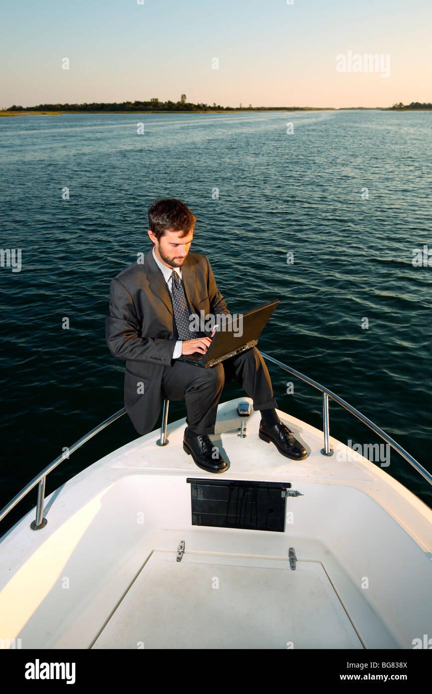 Hombre de negocios trabajando en barco Foto de stock