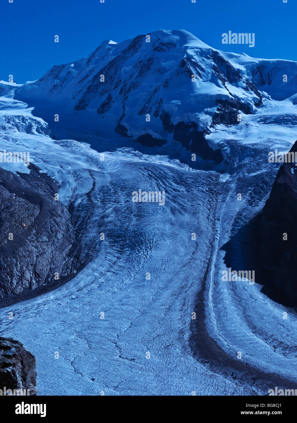 Suiza, Valais, Zermatt, Gornergrat,Monte Breithorn y el Glaciar Gorner iluminado por la luz de la luna Imagen De Stock