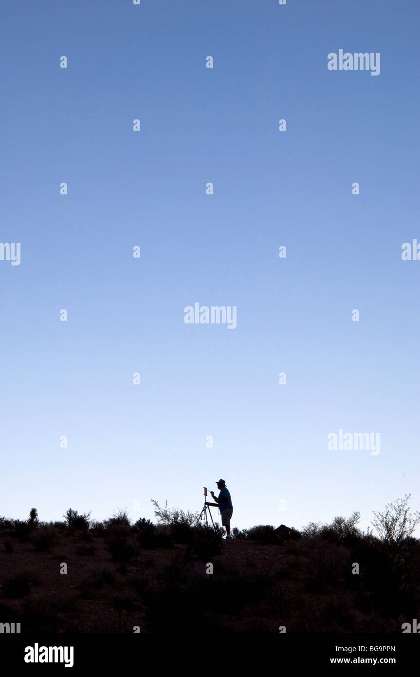 El hombre la pintura al aire libre Imagen De Stock