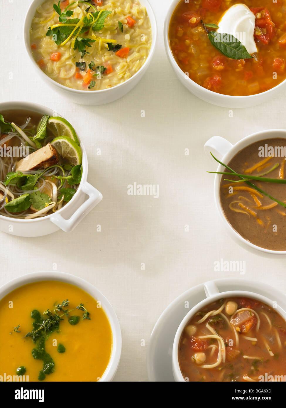 Seis sopas variadas sobre el mantel blanco Imagen De Stock
