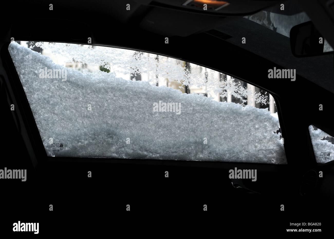 Ventana de coche cubierto de nieve desde el interior Imagen De Stock