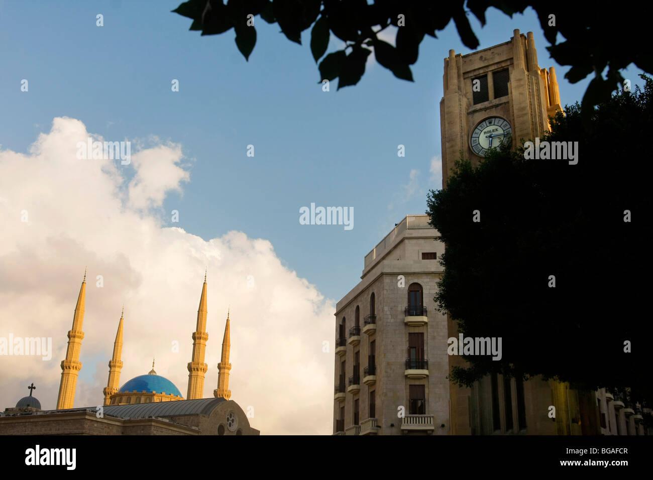 La Solidére Torre del Reloj en el centro de la ciudad de Beirut, en el Líbano con una mezquita que se Imagen De Stock