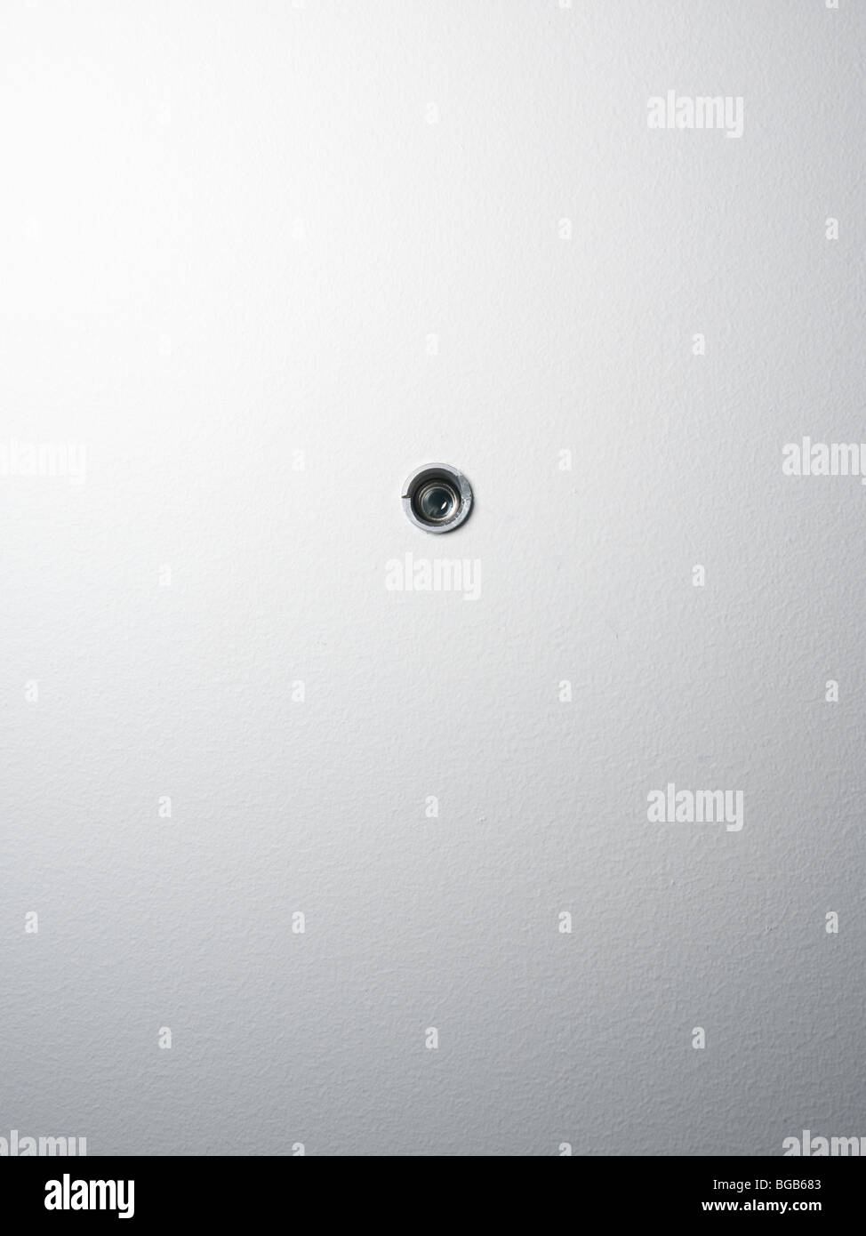 Spy agujero en una puerta Imagen De Stock
