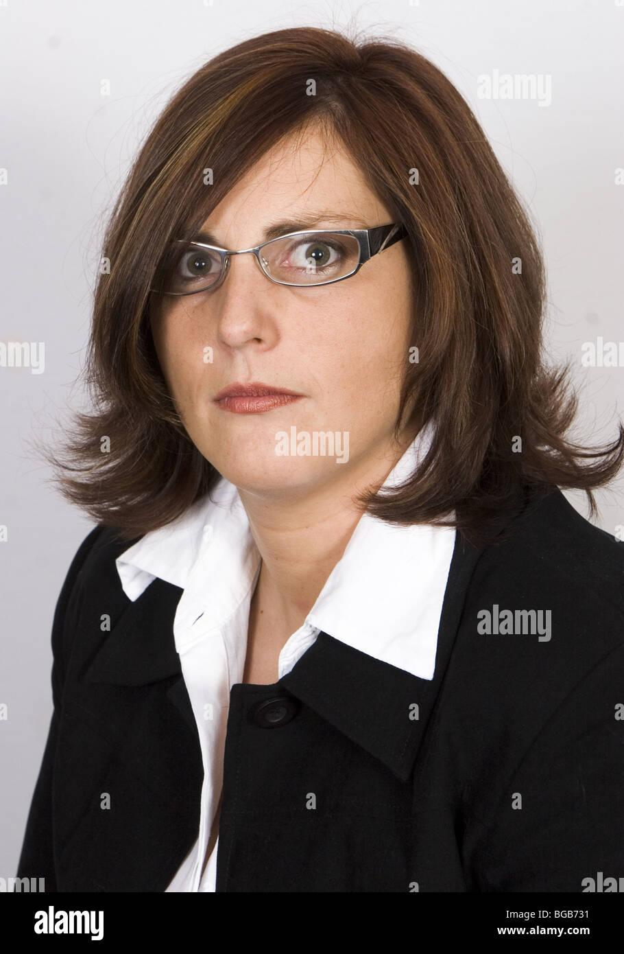 Retrato serio 30s mujer con cabello castaño y gafas - SerieCVS417444 Imagen De Stock