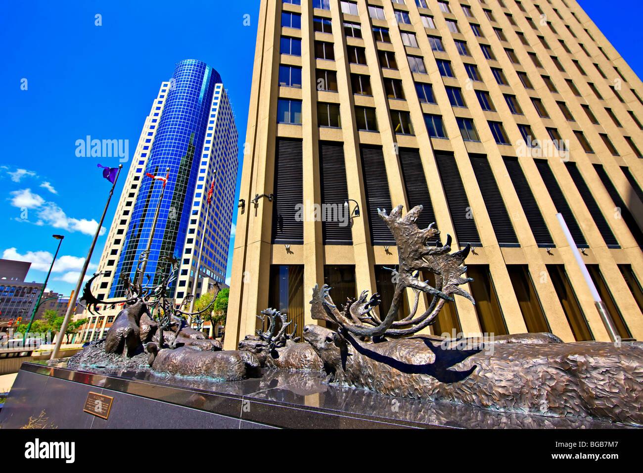 """Escultura de bronce de caribous cruzar un río, titulado 'Seal River Crossing"""" fuera del edificio con la Richardson Canwest Pla Foto de stock"""