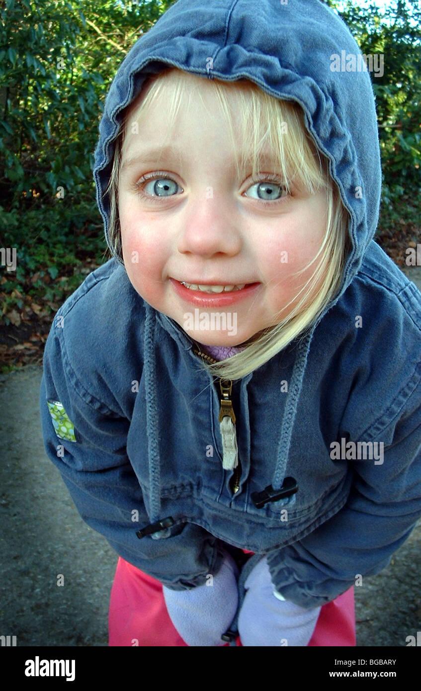 Fotografía de niños invierno frío caminar manos frescas ejercicio nítido Foto de stock