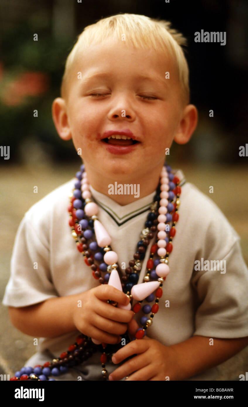 Fotografía del niño con los ojos cerrados esperando una sorpresa Foto de stock