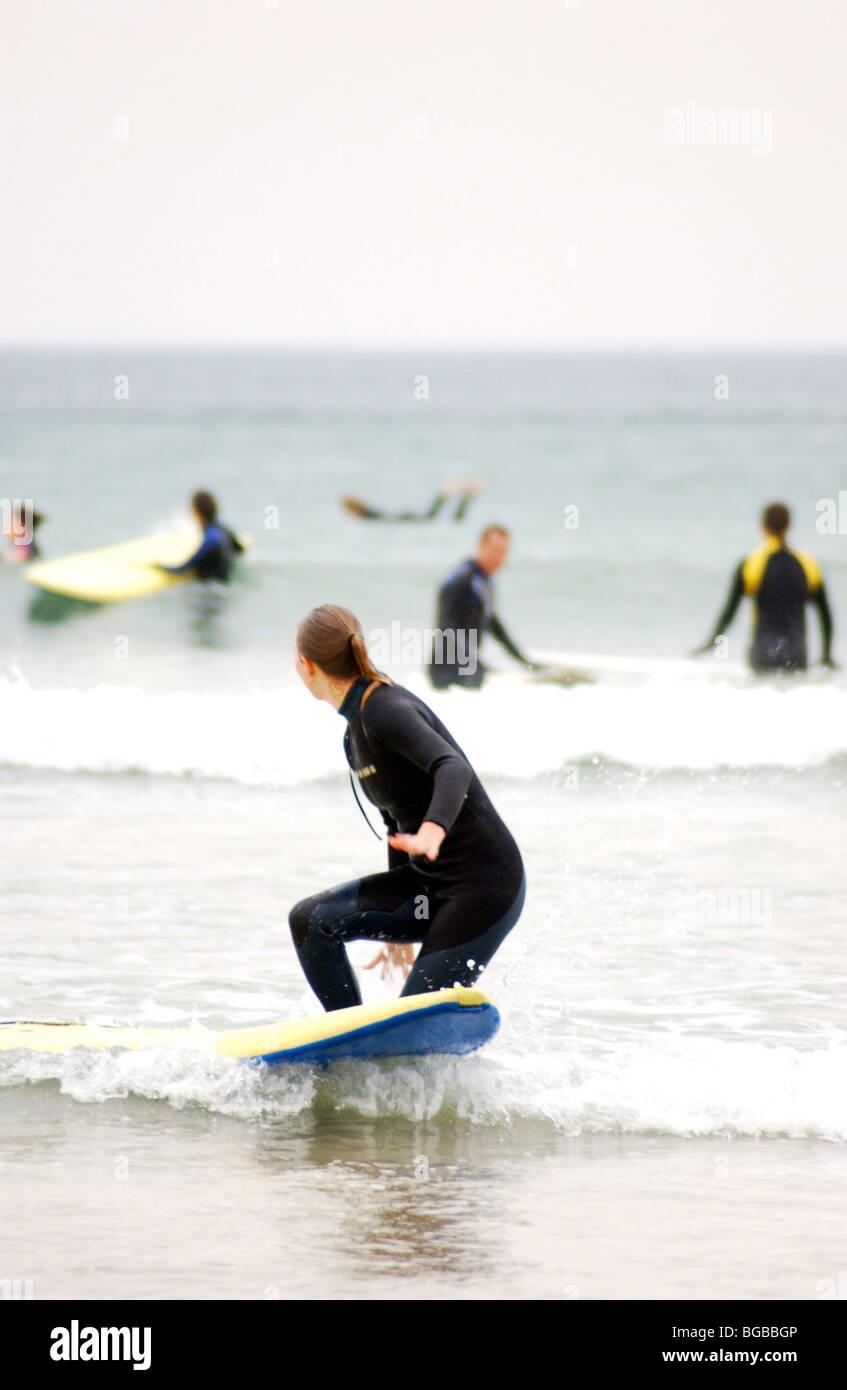 Fotografía de royalty free surfer femenina en el mar en un frío día de invierno en Cornualles, Reino Imagen De Stock