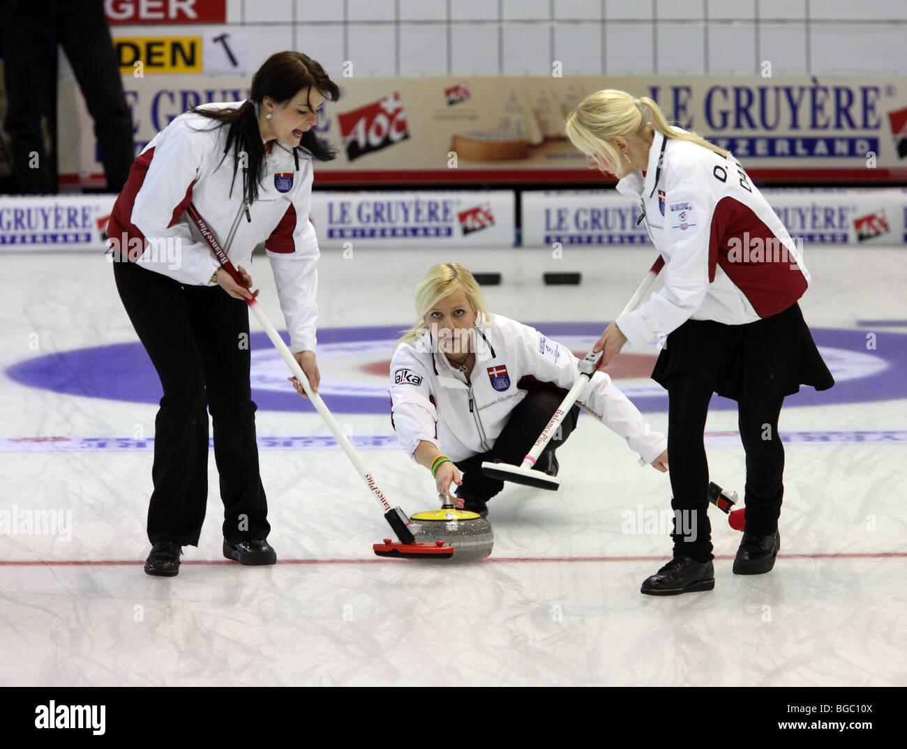 Rizadores tomando parte en el Campeonato Europeo de Curling en el LINX Ice Arena en Aberdeen, Escocia, Reino Unido Imagen De Stock