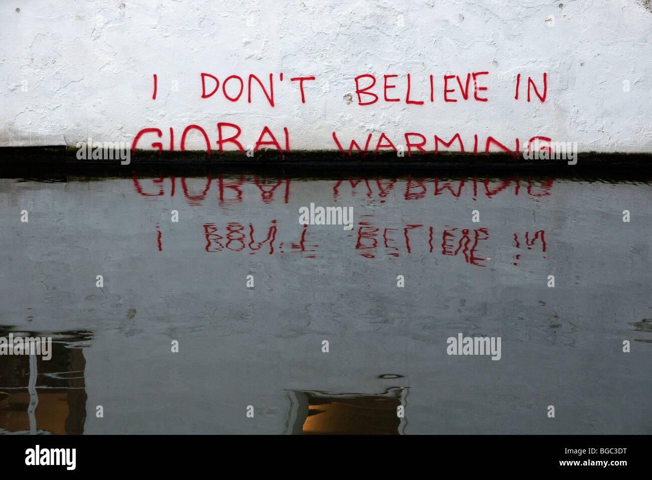 Nuevo graffiti en Camden Lock en el Grand Union canal. Imagen De Stock