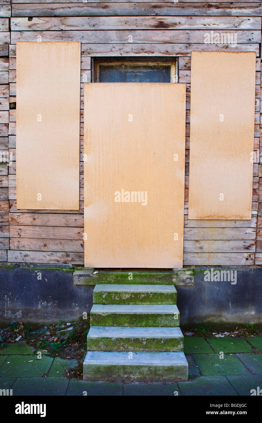 Cerró la puerta y las ventanas, condenado casa protegida contra la entrada, escalera de piedra Imagen De Stock