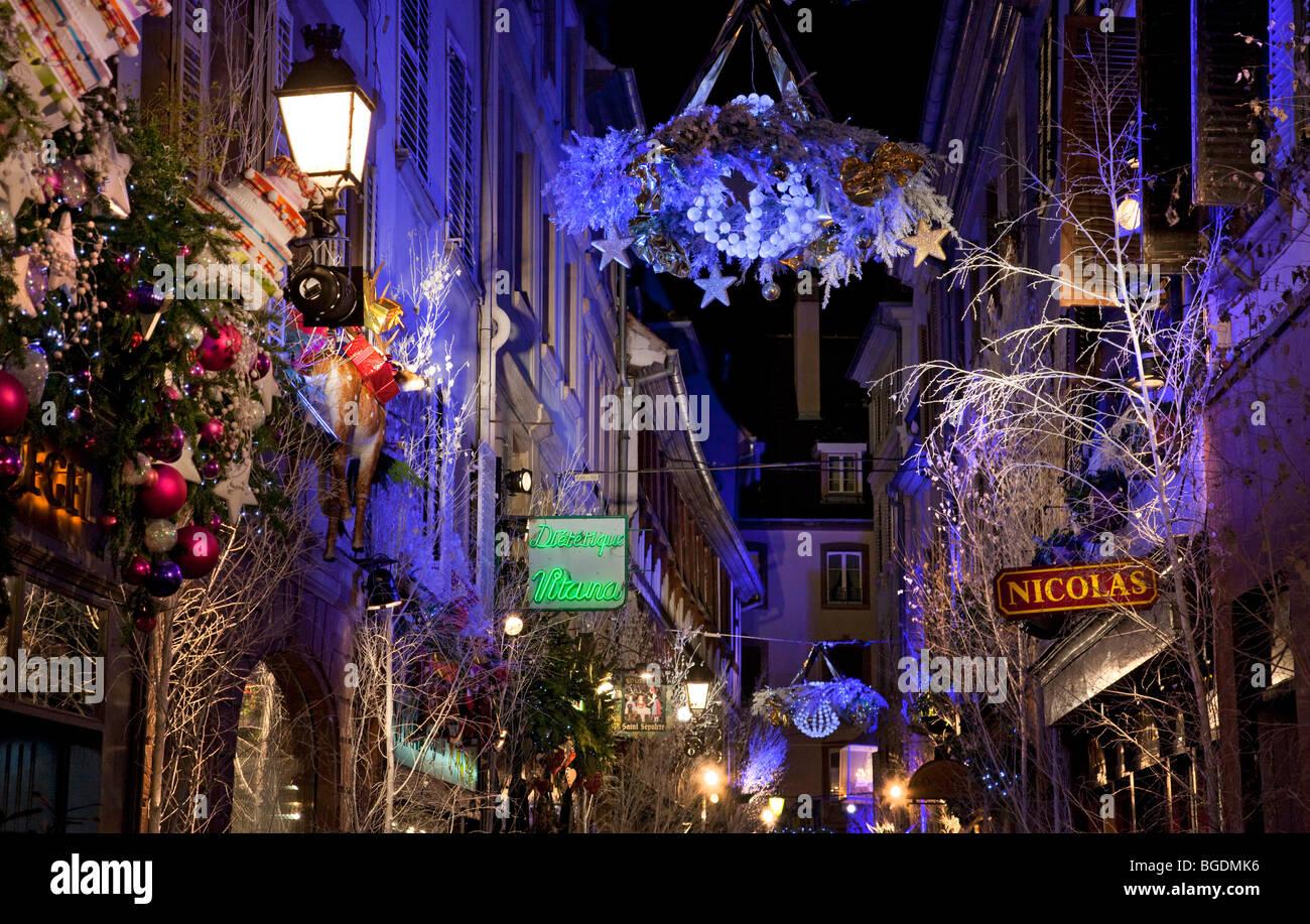 Las Luces De Navidad En Las Calles De Estrasburgo Francia Esta Famosa Ciudad Es La Capital De La Navidad En Europa Fotografía De Stock Alamy