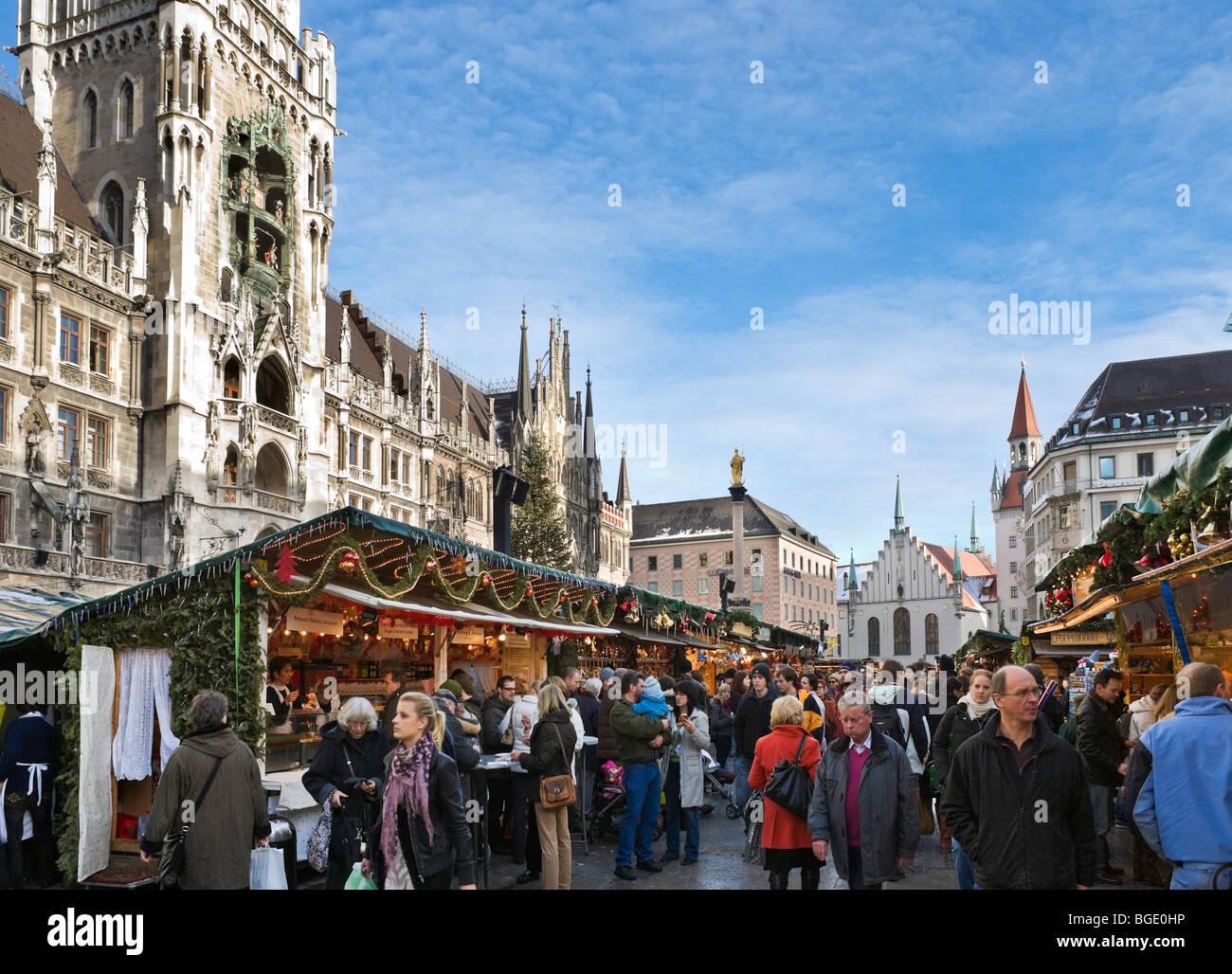 Mercado navideño en la plaza Marienplatz con el Ayuntamiento Nuevo a la izquierda y el antiguo Ayuntamiento Imagen De Stock