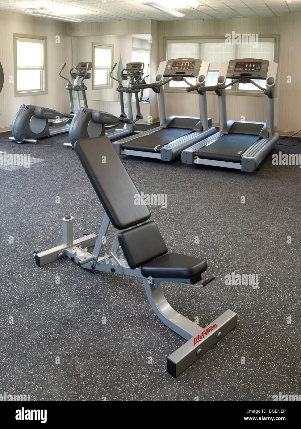 Banqueta de levantamiento de pesas en el gimnasio con equipos para ejercicio, Filadelfia, EE.UU. Imagen De Stock