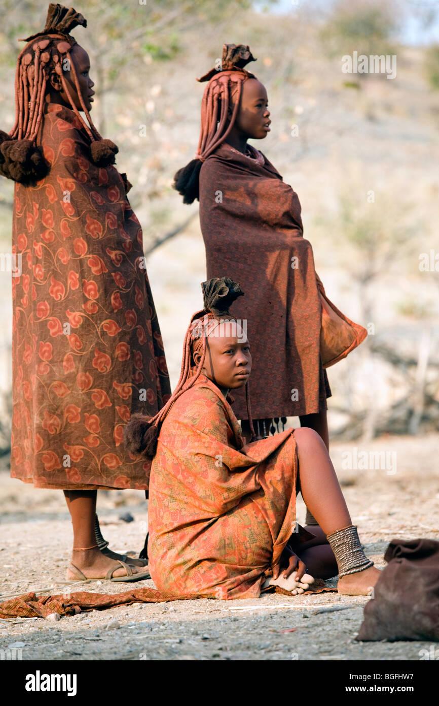 Los jóvenes de la tribu Himba, en el norte de Namibia Imagen De Stock