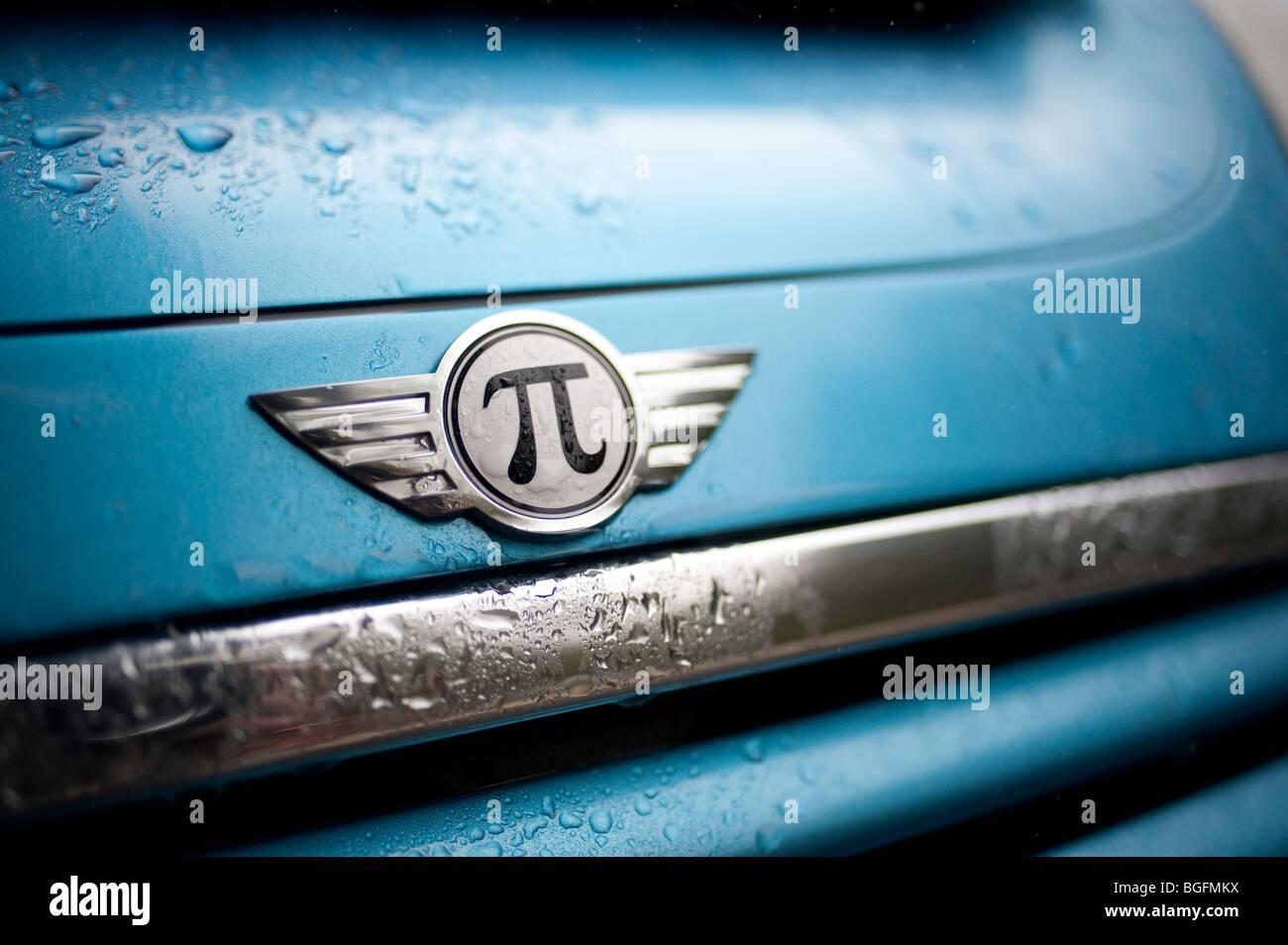 MINI Cooper S con un símbolo matemático pi Foto de stock