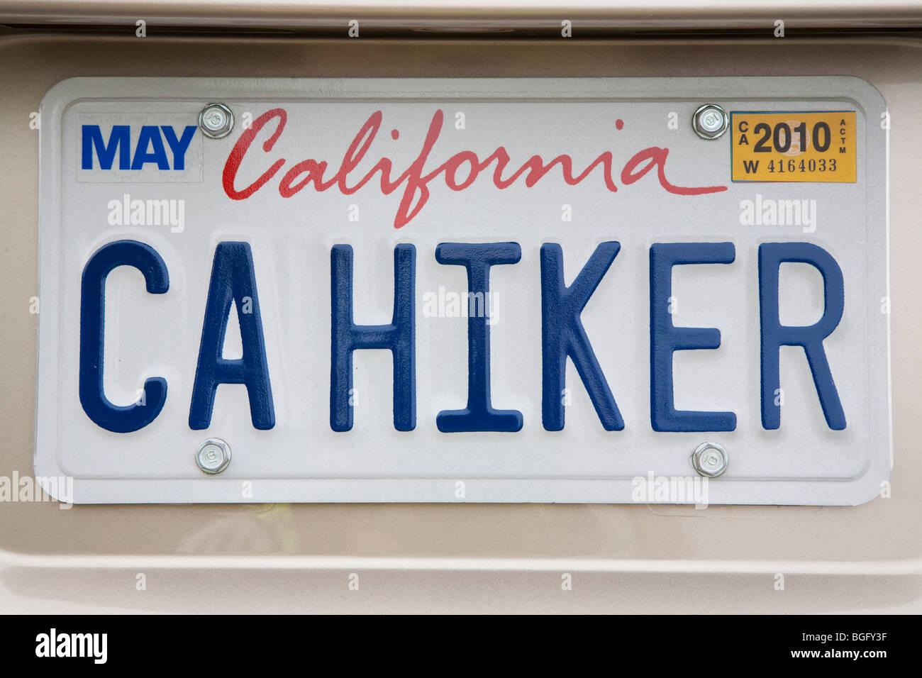 Cerca de excursionista 'CA' (California Excursionista) placa de matrícula personalizada en un coche Imagen De Stock